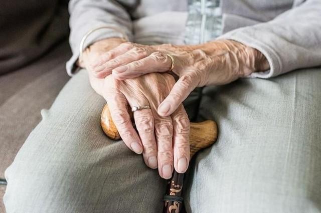 Seniorzy powinni być bardzo ostrożni.