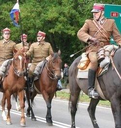 Oddział, baczność! Ułani zaprezentowali się publiczności na paradzie. Tak samo popisywali się kiedyś kawalerzyści, których barwy noszą.