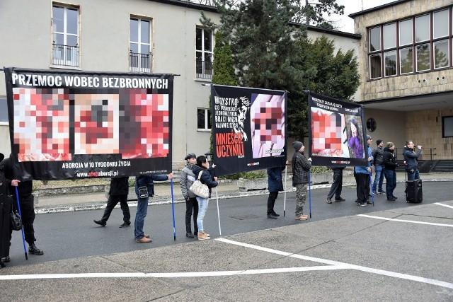 8 marca 2020 pod urzędem wojewódzkim w Opolu. Kontrmanifestacja wobec manify