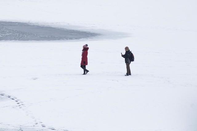 - Nieodpowiedzialne zachowanie chłopców w postaci wejścia na lód przy dodatnich temperaturach mogło przyczynić się do ogromnej tragedii dwóch rodzin - przestrzega sierż. szt. Adam Wojciński.