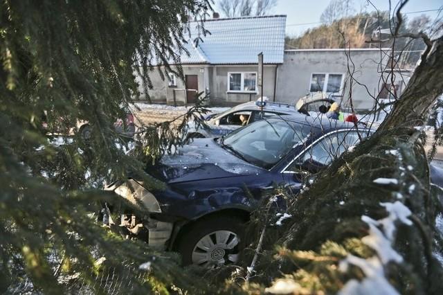Do zdarzenia doszło w środę, 11 stycznia, na ul. Lubuskiej. Jechał w kierunku Zaboru. Na prostym odcinku drogi wpadł w poślizg. Samochód wyleciał na pobocze i tam uderzył w ogrodzenie. Na miejsce przyjechała wezwana zielonogórska drogówka. – Kierowca nie dostosował prędkości do warunków panujących na jezdni – mówi kom. Tomasz Szuda, naczelnik zielonogórskiej drogówki. Został za to ukarany mandatem w wysokości 300 zł i 6 punktami karnymi za spowodowanie kolizji. Czytaj także: Dramat w Przytoku. Ojciec chciał żywcem spalić rodzinę [ZDJĘCIA]Zobacz także: Rozbita szajka ukradła ponad 100 samochodów wartych ok. 10 mln zł