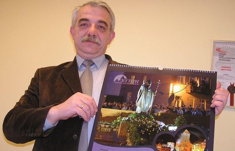 Andrzej Hrycyna z kalendarzem na 2009 rok.