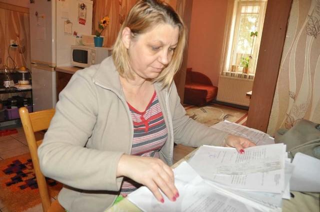Pani Barbara Paciorek ze stosem dokumentów z energetyki