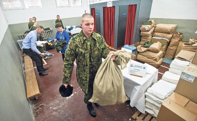 W pierwszym dniu pobytu w jednostce wojskowej żołnierze rezerwy zostaną zaewidencjonowani, umundurowani i wyposażeni w osobisty sprzęt oraz skierowani do macierzystych pododdziałów