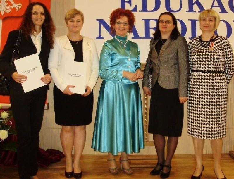 Nasi nagrodzeni nauczyciele z kuratorem oświaty: (od lewej) Monika Rembas, Elżbieta Kowalczyk, kurator Małgorzata Muzoł, Ewelina Ratusznik i Jadwiga Suliga.