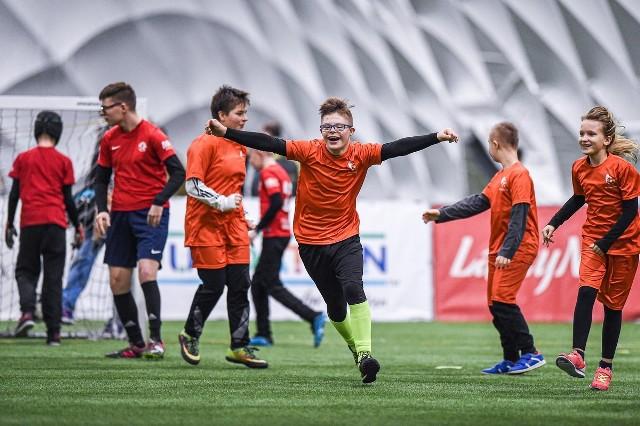 Młodzi zawodnicy trenują co tydzień na boisku PLEK przy ulicy Margonińskiej. Szkółka działa od kwietnia 2019 roku