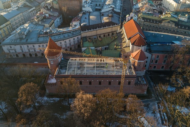 Dawny Arsenał Miejski, pomiędzy basztami Ciesielską a Stolarską. Właśnie możemy oglądać spektakularną metamorfozę obiektu
