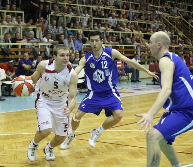 Rozgrywający Spójni Michał Trypuć (z piłką) w pierwszym finałowym meczu nie miał pomysłu na przejście obrony AZS. Na zdjęciu od prawej Tomasz Mrożek i Maciej Majcherek.