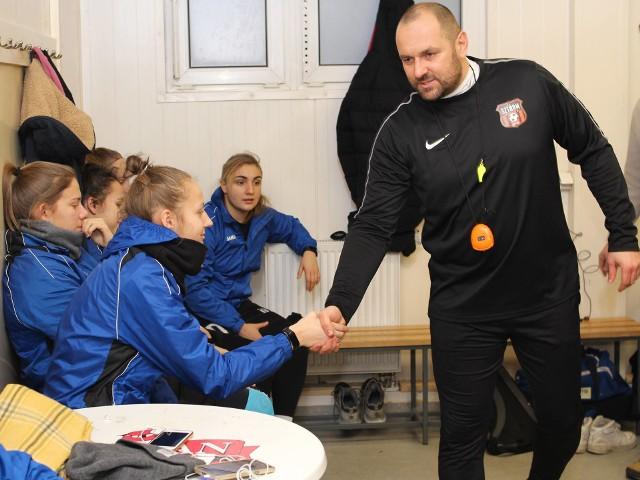 Trener Adam Gołubowski wita się ze swoimi zawodniczkami.