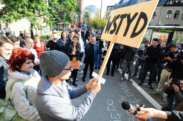 Studenci protestowali w poniedziałek przed rektoratem Uniwersytetu Medycznego przeciwko decyzji rektora