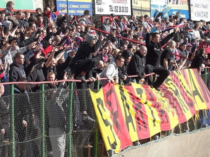 Tak fani Wybrzeża dopingowali swoją drużynę w Grudziądzu. Kibice grudziądzcy jadą do Gdańska, by urządzić  swoim zawodników nie gorszy doping.