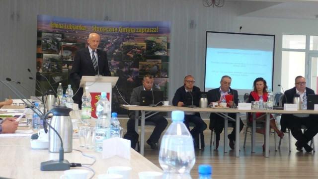 Podczas sesji Wójt Jerzy Zająkała odpowiadał na dziesiątki pytań radnych, dotyczących budżetu roku 2017