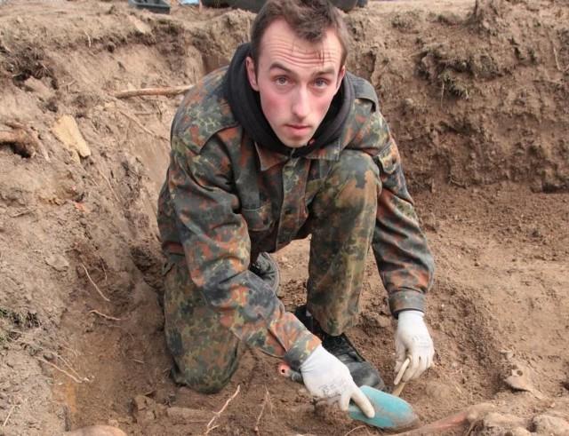 - Z tej mogiły ekshumowaliśmy szczątki 46 osób - mówi Wojciech Pawłowski z Pomostu.