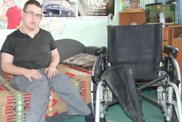 16-letni Miłosz przy złamanym wózku.