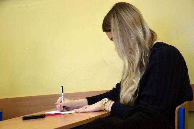 Matura 2021 rozpocznie się 4 maja egzaminem z języka polskiego. 30 kwietnia odbędzie darmowa pięciogodzinna powtórka materiału w ramach Maturnocki 2021.  Na zdjęciu maturzystka z I LO w Zielonej Górze podczas próbnych egzaminów.