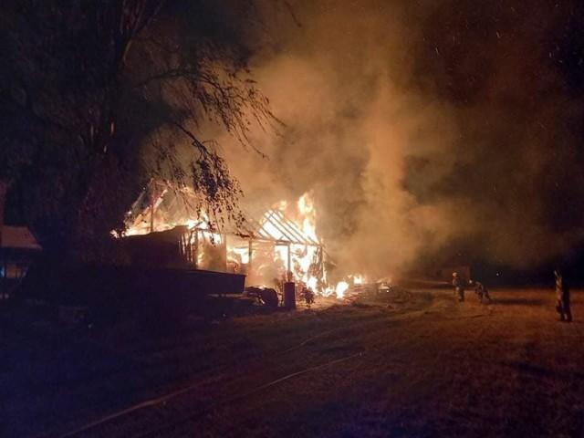 Gmina Witkowo. Pożar stodoły w Chłądowie. Na miejscu pracowało kilka zastępów
