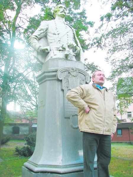 Joachim Zagrol pod pomnikiem hrabiego Ballestrema.