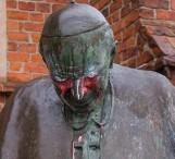 Zatrzymano mężczyznę, który znieważył pomnik Jana Pawła II w Starogardzie Gdańskim. Sprawca pomalował pomnik farbą
