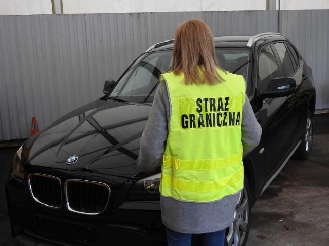 Funkcjonariusze ze Wspólnej Polsko-Niemieckiej Placówki Straży Granicznej w Świecku odzyskali po pościgu skradziony samochód marki BMW X1.Wieczorem, 27 stycznia, funkcjonariusze ze Wspólnej Polsko-Niemieckiej Placówki Straży Granicznej w Świecku wytypowali do kontroli, pojazd marki BMW X1 na niemieckich numerach rejestracyjnych. Kierowca auta nie zatrzymał się jednak na wezwanie funkcjonariuszy i zaczął uciekać w kierunku Poznania. Funkcjonariusze SG ruszyli w pościg. W pewnym momencie kierowca zwolnił i wyskoczył z jadącego pojazdu. Natychmiast został zatrzymany przez strażników granicznych. Kierowcą okazał się 19-letni mieszkaniec województwa pomorskiego, który nie posiadał uprawnień do kierowania pojazdami. W wyniku przeprowadzonej kontroli legalności pochodzenia auta ustalono, że BMW X1 zostało skradzione w tym samym dniu na terytorium Niemiec. Mężczyzna został zatrzymany. Szacunkowa wartość odzyskanego BMW to ponad 65 000 zł. Odzyskany pojazd oraz zatrzymanego 19-latka przekazano policjantom w Słubicach.Zobacz też: KRYMINALNY CZWARTEK - 25.01.2018