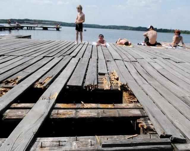 - Strach wejść na ten zdewastowany pomost - mówili nam plażowicze nad jeziorem Wilkowskim. Działania interwencyjne w sprawie plaży podejmie Wojewódzki Inspektorat Ochrony Środowiska.
