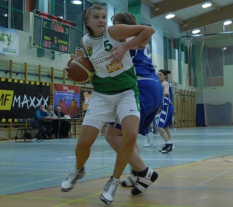 W pierwszym meczu Hit bardzo łatwo rozprawił się z KSKK. Z piłką Justyna Wróbel.
