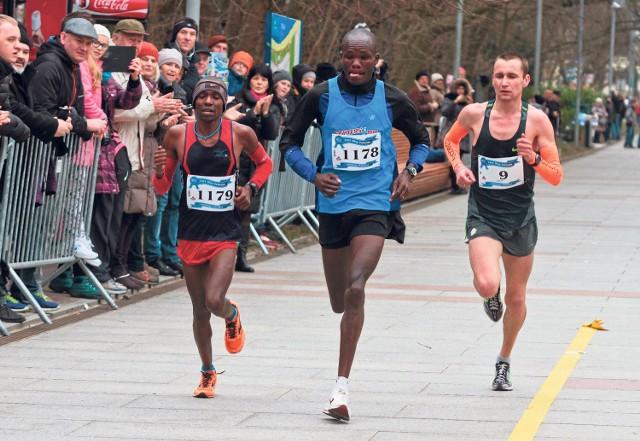 Joel Mwangi (z lewej) i Henry Kemboi biegną jeszcze w towarzystwie późniejszego zwycięzcy, Sergija Ukraińca.