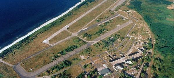 Tereny lotniska w Podczelu i Bagiczu. Bliżej morza widać pas poradziecki, bliżej osiedla Podczele – poniemiecki.