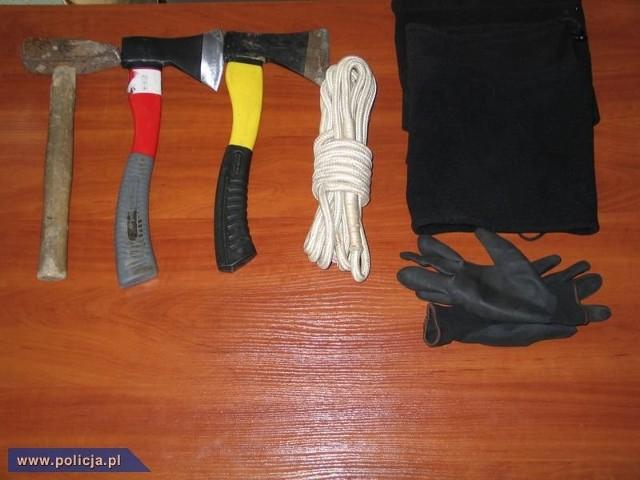W ciągu ostatnich miesięcy na terenie Krakowa policjanci kryminalni odnotowali szereg rozbojów z użyciem przedmiotu wyglądającego jak pistolet, czy innych niebezpiecznych narzędzi. Bandyci często podawali się za funkcjonariuszy służb mundurowych po czym żądali okazania dokumentów i przystępowali do poszukiwań wartościowych przedmiotów.