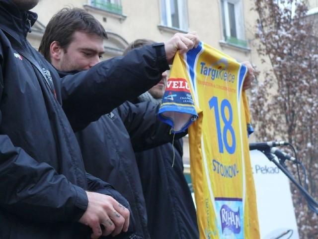Rastko Stojkovic prezentuje koszulkę Vive Targi Kielce.