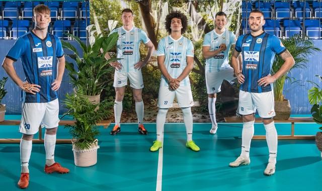 Piłkarze Hutnika w nowych koszulkach. W roli modeli wystąpili, od lewej: Dawid Linca, Piotr Stawarczyk, Abdallah Hafez, Michał Kitliński i Javier Bernal