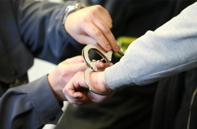 Na ławie oskarżonych zasiądzie 22-letni Wiktor B. Prokuratura zarzuciła mu,że zaatakował paralizatorem i poturbował dwóch policjantów. Zapewne dlatego, że miał przy sobie narkotyki, zaś w domu linię do produkcji metaamfetaminy. Akt oskarżenia w tej sprawie trafił do Sądu Okręgowego w Łodzi.CZYTAJ DALEJ NA NASTĘPNYM SLAJDZIE