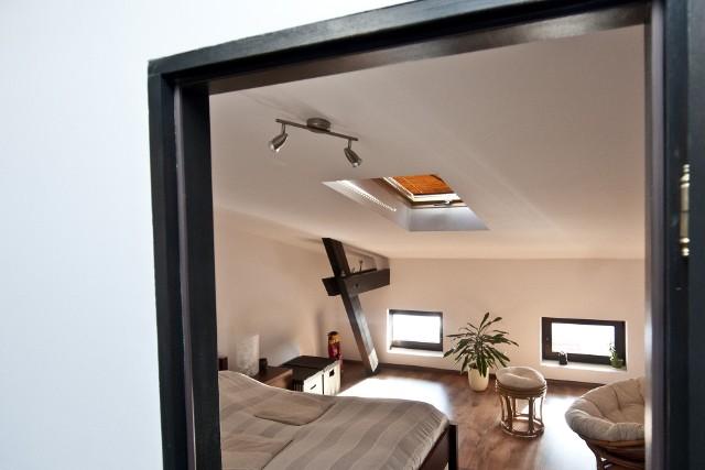 Mieszkania na poddaszu, odpowiednio zaaranżowane, są gwarancją niepowtarzalności wnętrza.