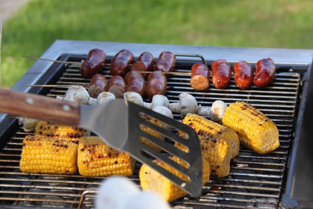 Zdrowy grill brzmi jak żart, a jednak, to możliwe! Choć grillowanie kojarzy się z tłustą ucztą, może być również zdrowe, dietetyczne i eko. Zdrowy grill zaczyna się od dobrego sprzętu. Sprawdź jaki grill wybrać. Węglowy? Gazowy? A może elektryczny?