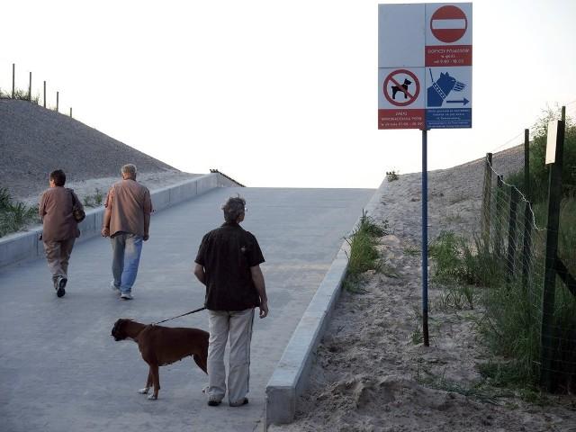 Nie każdy zatrzymuje się przy tablicy z zakazem wejścia na plażę. Wielu turystów udaje, że jej nie widzi.