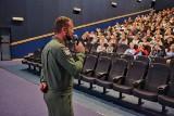 """Lotnicy z bazy na Krzesinach na pokazie kinowym filmu """"Dywizjon 303. Historia prawdziwa"""" dla uczniów [ZDJĘCIA]"""