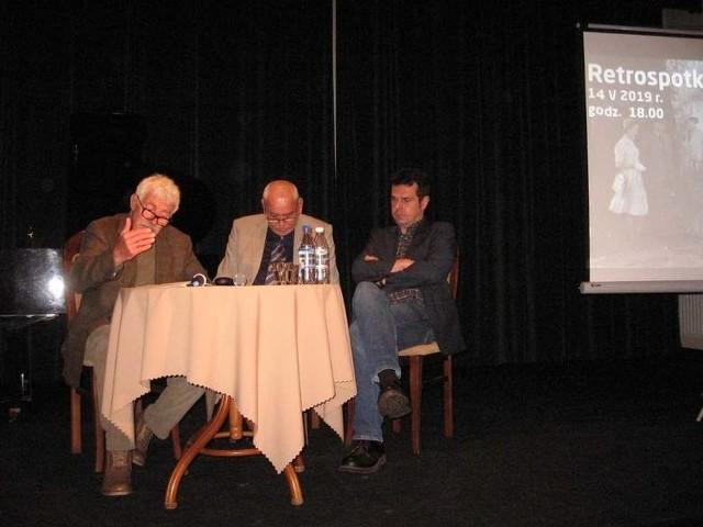 """Podczas promocji książki """"Balkony"""" w Resursie: z prawej Marcin Kępa, z lewej czyta Włodzimierz Mancewicz,w środku Przemysław Ćwikliński, krytyk."""