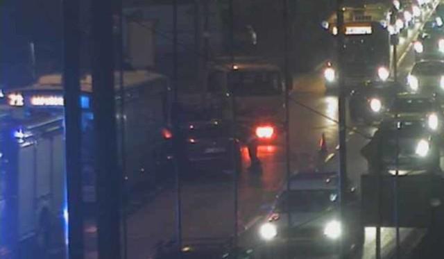 Zderzenie na Fordońskiej w Bydgoszczy. Samochód osobowy wpadł w poślizg uderzył w stojący na przystanku autobus.