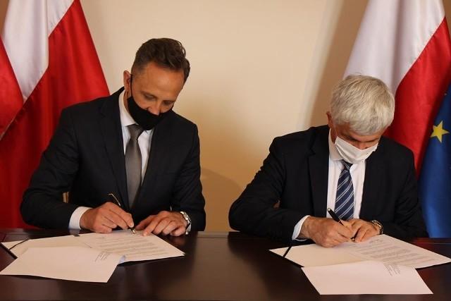 Bohdan Paszkowski, wojewoda podlaski (z prawej strony) i burmistrz Tykocina Mariusz Dudziński, podpisali porozumienie w sprawie utworzenia pierwszego w gminie Tykocin klubu seniora  w ramach programu Senior+