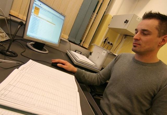 Andrzej Chojnacki, nauczyciel informatyki w SP 5, prezentuje możliwości elektronicznego dziennika.