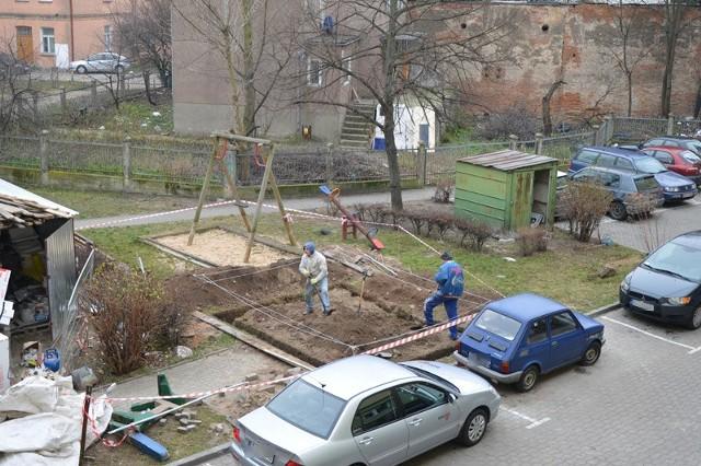 Takie zdjęcie widoku ze swojego okna wysłała nam Joanna Moroz-Jatkowska, mieszkanka bloku przy ul. Malmeda 6. Według niej, to co robią robotnicy to kuriozum.