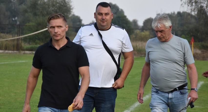 Spartakus Daleszyce prowadzony przez Krzysztofa Trelę (z lewej) wyeliminował Zenit Chmielnik, którego szkoleniowcem jest Marek Bęben (z prawej). Z tyłu kierownik drużyny Zenitu Wojciech Gołębiowski.