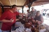 Trwa Festiwal Dobrego Smaku 2021. Na Starym Rynku rozstawiono stoiska z pysznym jedzeniem
