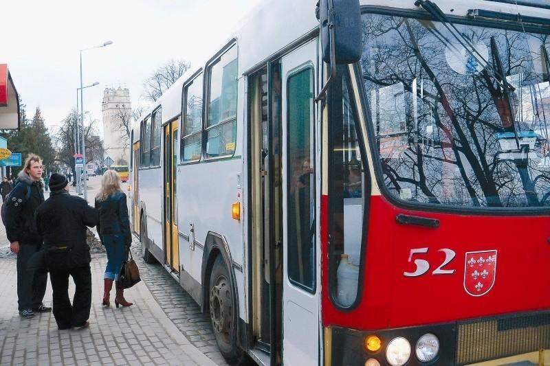 """Zmiany w obowiązującym od lutego rozkładzie jazdy nie są drastyczne, ale warto je sprawdzić chociażby po to, by dowiedzieć się, że od kilku dni """"siódemka"""" jeździ ulicą Słowiańską. (fot. Klaudia Bochenek)"""