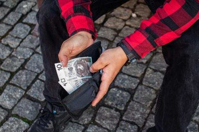Czy posiadasz taki banknot 10 zł? Istnieje szansa, że możesz być wielkim szczęściarzem! Papierowy banknot 10 zł, który trzymasz w portfelu, może być wart znacznie więcej, niż wskazuje na to jego nominał. Możesz zdobyć prawdziwą fortunę. Wystarczy to sprawdzić! Tym bardziej, że można to zrobić w bardzo prosty sposób. Jaki konkretnie? Wystarczy zobaczyć, jaki ma numer seryjny. Sprawdźcie szczegóły w naszej galerii poniżej.Czytaj dalej. Przesuwaj zdjęcia w prawo - naciśnij strzałkę lub przycisk NASTĘPNE