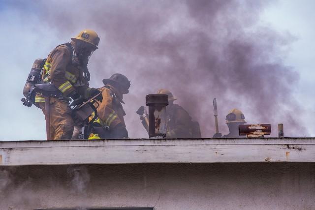 Do pożaru doszło 28 grudnia po godzinie 15. Palił się dach budynku mieszkalnego wielorodzinnego w miejscowości Skalmierowice w powiecie inowrocławskim. Zdjęcie ilustracyjne.