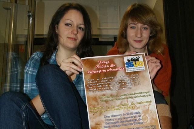 Agata Puszek i Ania Gregorczyk zachęcają studentów do pomagania zwierzętom w schronisku.