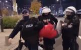 Dziewczyna została wyniesiona z zamkniętej ulicy. Za nogi chwycił łódzki funkcjonariusz. Policja komentuje FILM