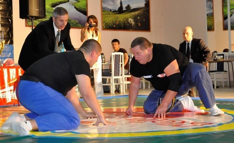 Walka w koluchstylu, z prawej twórca sztuki walki Wiesław...