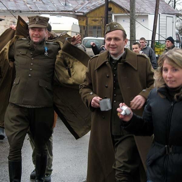 Publiczność wita się z aktorami Andrzejem Chyrą i Arturem Żmijewskim.