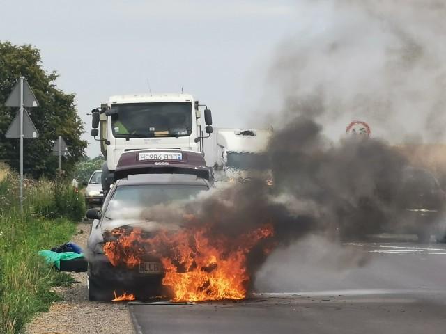 Na poboczu płonie Audi A4